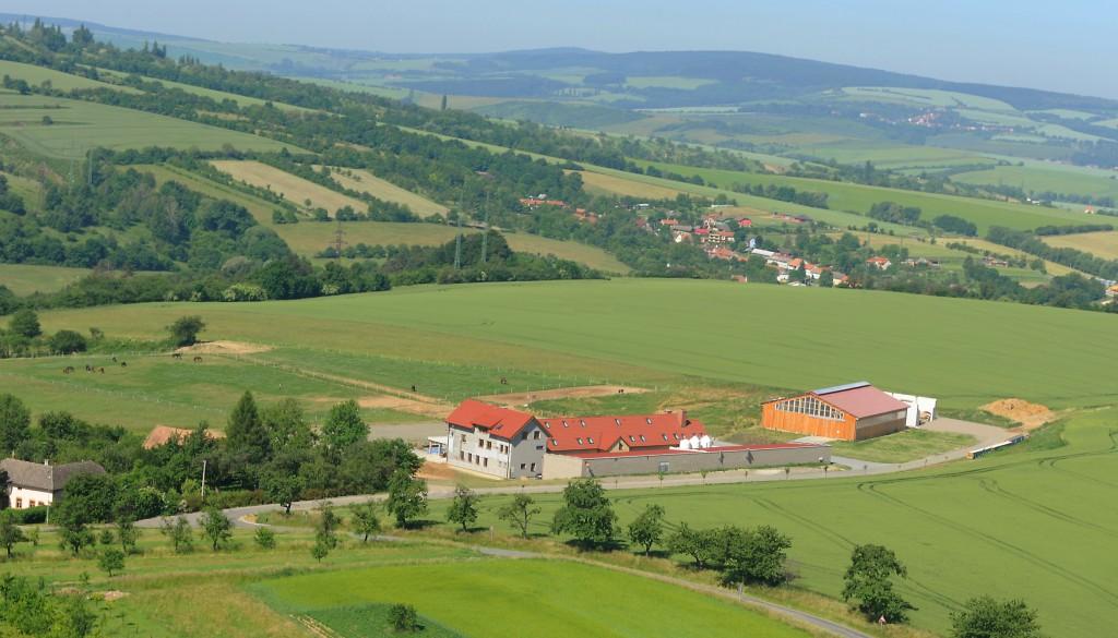 Pohled z vrtulníku na ranč Milovice